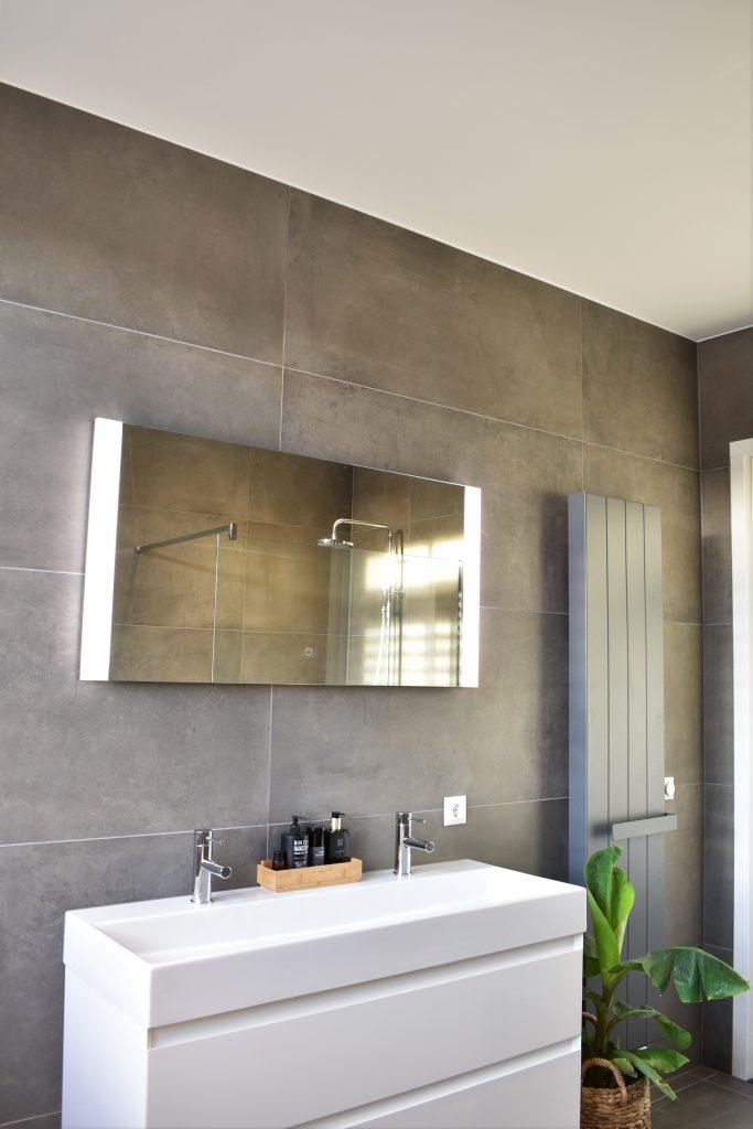 Groot formaat betonlook tegel en wit badmeubel