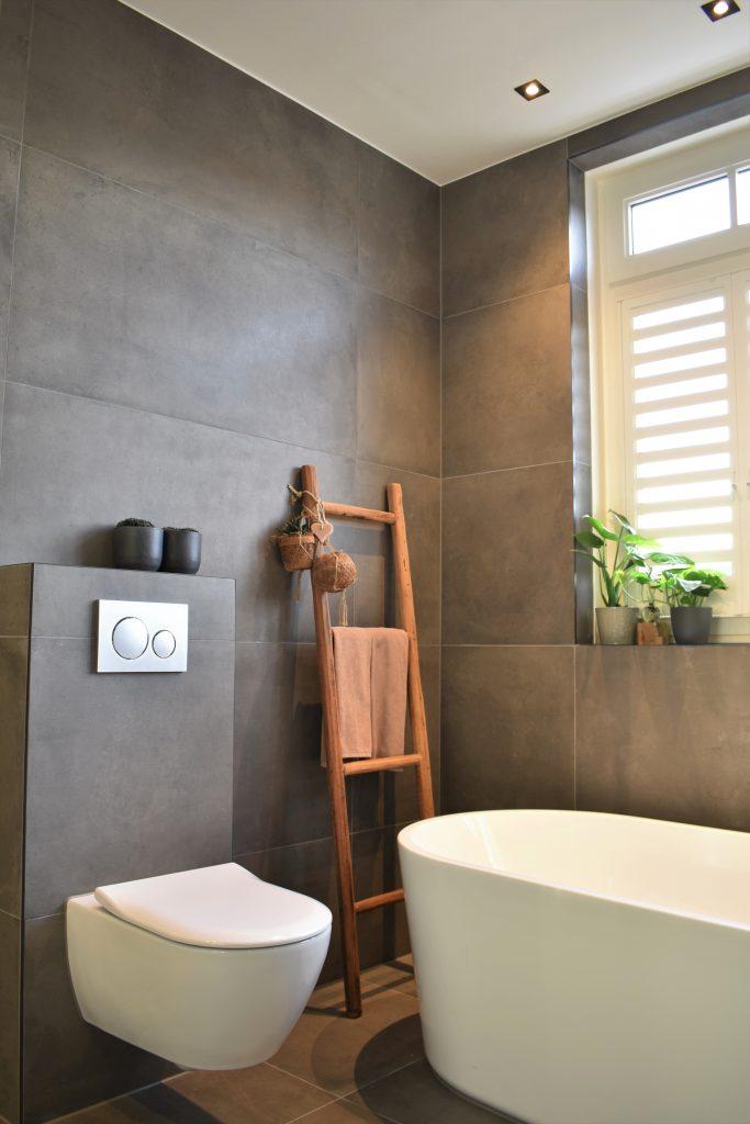 Groot formaat betonlook tegels en wit bad