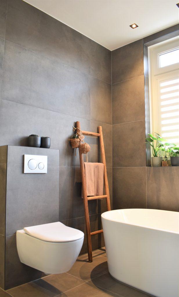 Betonlook tegel Donker grijs met wit toilet en wit bad